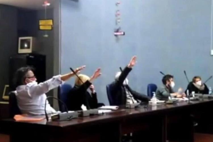 cogoleto saluto fascista consiglio comunale sindaco polemiche