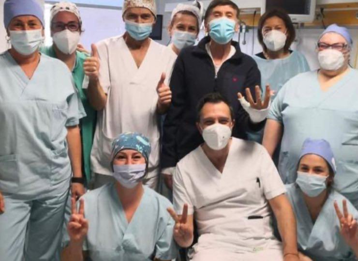 Gianni Morandi e l'equipe di medici