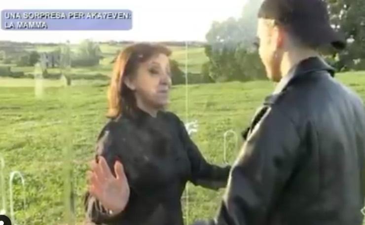 Aka incontra la madre