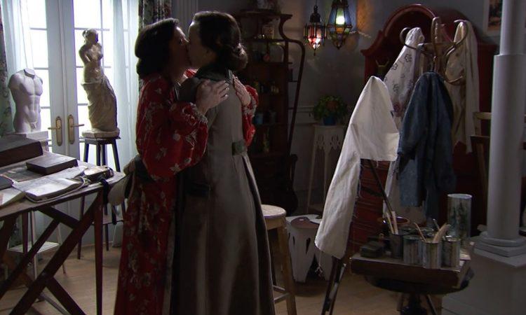 Maite e Camino si baciano