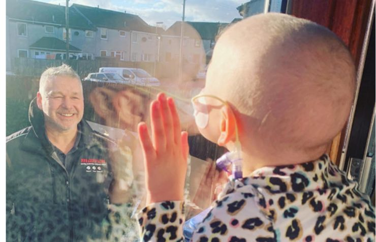 Mila saluta il papà alla finestra