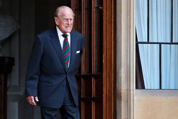 royal family elisabetta principe filippo birra sandringham