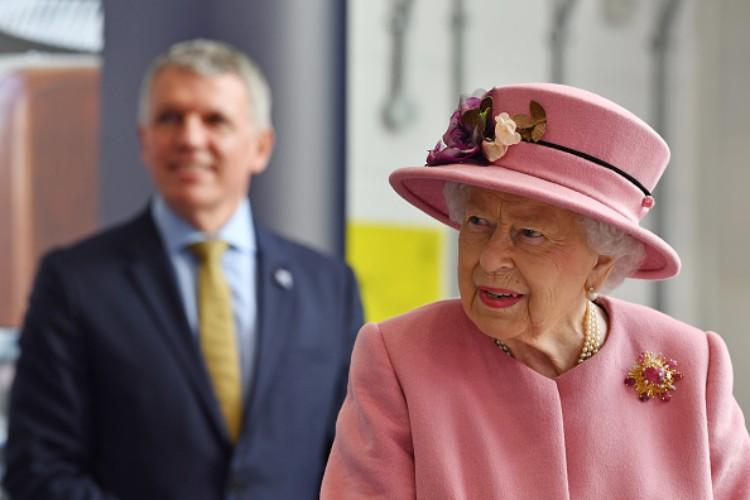 royal family elisabetta II meghan markle