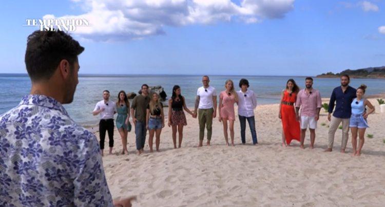 Filippo Bisciglia e le 6 coppie in spiaggia