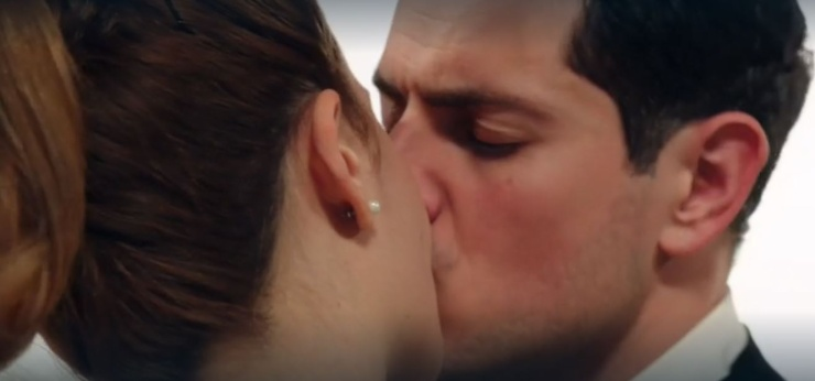 Salvatore bacia Gabriella ne Il Paradiso delle Signore
