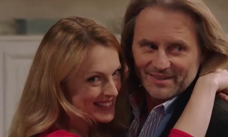 Michael e Rosalie abbracciati