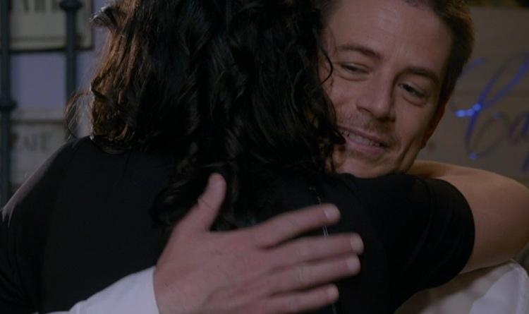 Filippo abbraccia Viviana Un Posto al sole